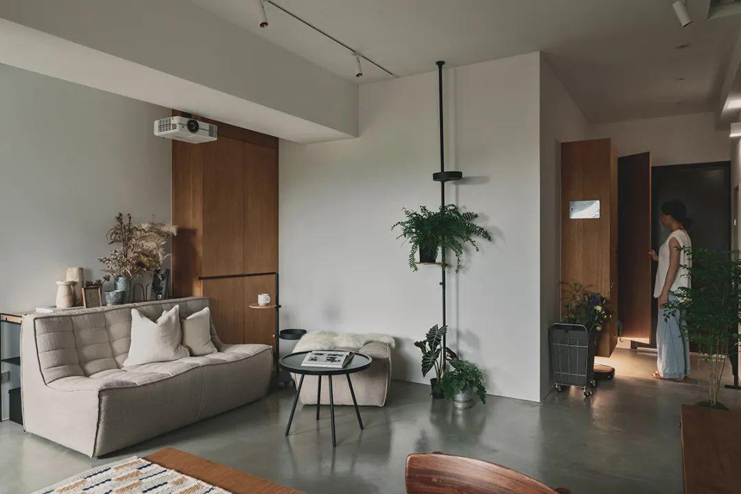 64㎡二人居,低彩配色+老家具,独立的一房一卫符合他们期盼的生活场景