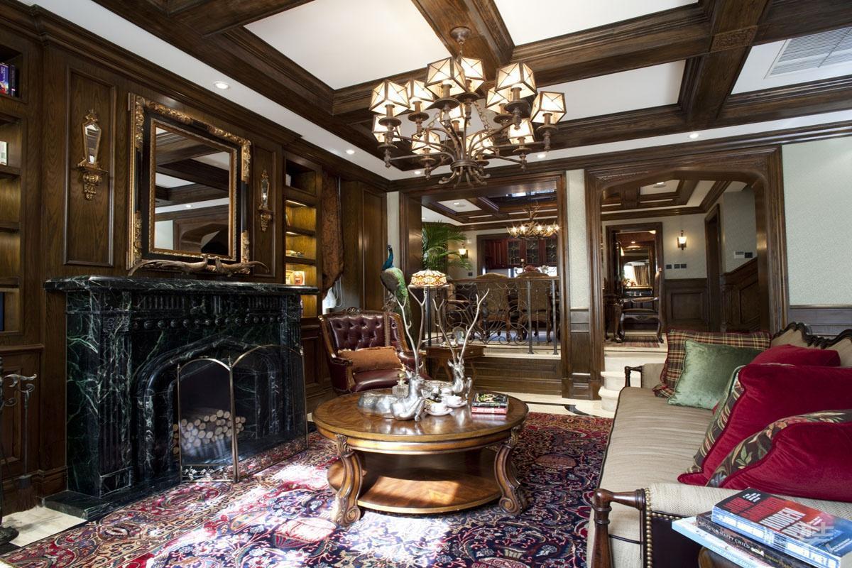 美式古典风格客厅会客厅采用木饰面,木墙裙,护墙板壁炉等装饰