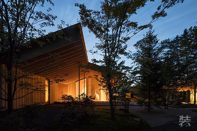将其融入到了日本的森林景观之中,试图将建筑对现有自然环境的影响降