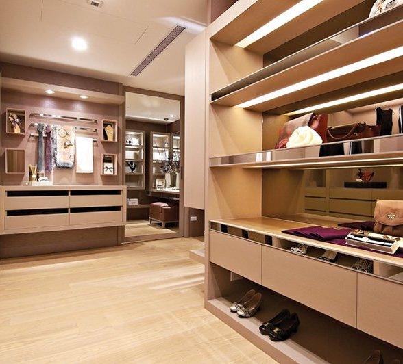 独立衣帽间设计原则一:发挥功能性   面积较大的居室,主卧室与卫浴室之间以衣帽间相连,较佳,可以让衣帽间功能性极大释放。而有着宽敞卫浴间的家居,则可利用其入口做一排衣柜,再相应设置大面积穿衣镜以延伸视觉,使日常生活更方便快捷。如果居室恰好拥有夹层布局,则可利用夹层以走廊梯位做一个简单的衣帽间。设计巧妙的间隔,使空间每个角落都得到充分利用。   独立衣帽间设计原则二:面积不必很大   衣帽间面积不必很大,可以利用搁板、抽屉等存放大量衣物。除衣服外,还可放置鞋帽、手袋、浴巾、床上用品、毛玩具等。一般来说