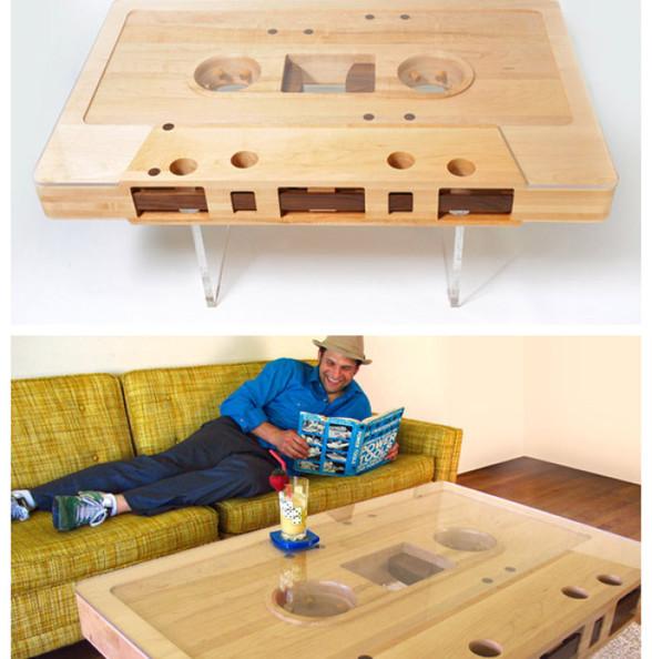 """由Jeff Skierka亲手制作的创意家具""""录音带桌""""与真实的录音带的比例是121,而桌子的材料主要是利用枫树和胡桃木、有机玻璃做成,每当客人来到家里做客,总会被这款放大的录音带桌吸引。"""