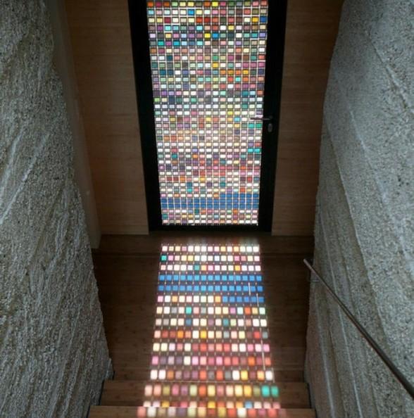 這扇義大利設計工作室 Armin Blasbichler Studio 製作的「TIII: Inception Door」,就是一扇利用 PANTONE 色版所製作的不鏽鋼玻璃門